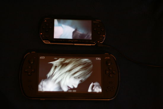 JXD 7800B a Sony PSP 2000 – hra The 3rd Birthday (Aya Brea, Parasite Eve series)